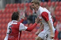 Záložník Slavie Petr Janda (vpravo) se raduje z gólu.