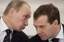 Dmitrij Medveděv (vpravo) a jeho politický spojenec a mentor Vladimir Putin.