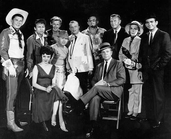 Ronald Reagan (první zleva) v televizní show Dicka Powella z roku 1961