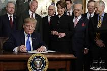 Americký prezident Donald Trump podepisuje memorandum, které zavádí uvalení cel na dovoz čínského zboží