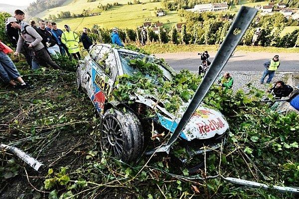 Takhle dopadl Latvalův vůz po nedělní nehodě. Snadějemi na vítězství byl konec.