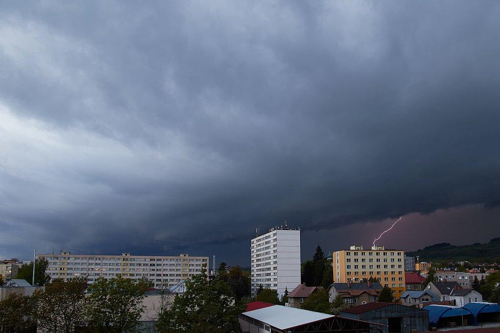 Lovec bouřek Filip Petržílek fotografuje za extrémního počasí nejen blesky. Na snímku tzv. multicella.