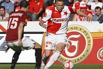 Fotbalista Slavie Petr Trapp (vpravo) v souboji s Jiřím Kladrubským ze Sparty v pražském derby.