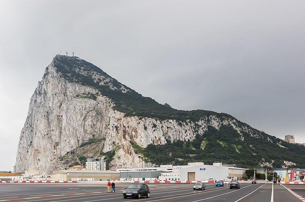 Na Gibraltarském letišti se křižuje letištní dráha a čtyřproudová silnice. Auta tak musí čas od času zastavit a dát letadlům přednost.