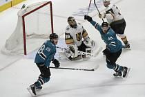 Hokejisté San Jose Timo Meier (vlevo) a Tomáš Hertl se radují z gólu spoluhráče Logana Couturea v utkání prvního kola play off NHL s Vegas.