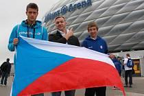 Vlevo Marek Donát a vpravo Václav Ryšlink před mnichovskou Allianz arénou.
