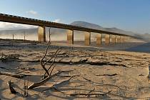 Hlavní zásobárnou vody je nádrž Theewaterskloof Dam za městem. Ta však už tři roky vysychá.
