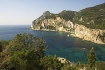 V údolích středu ostrova rostou kouzelně působící staré olivovníky a cypřiše. Na západě pobřeží prudce klesá do moře a tvoří nádherné zálivy s překrásnými písečnými plážemi.