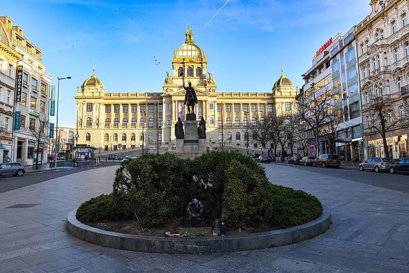 """Pomník sv. Václava na Václavském náměstí v Praze. Lidé se """"u koně"""", jak se mezi místními říká, rádi setkávají. I zde však kvůli koronaviru běžný ruch chybí."""