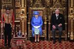 Britská královna Alběta II. promluvila před oběma sněmovnami britského parlamentu. Doprovodil jí syn princ Charles.