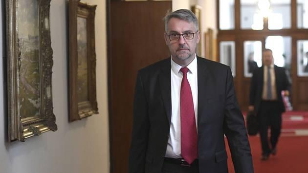 Ministr obrany Lubomír Metnar (za ANO) přichází na schůzi vlády 13. ledna 2020 v Praze