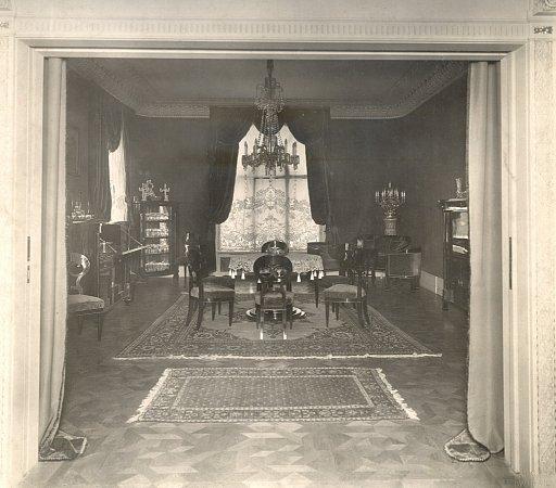 Fotografie původního stavu pokoje pořízená okolo roku 1920.