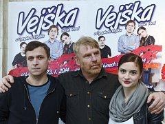 Tomáš Vorel jr. a Eva Josefíková při společném fotografování po novinářské projekci filmu Vejška režiséra Tomáše Vorla (uprostřed) 14. ledna v Praze.