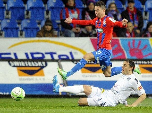 Plzeň - Slovácko: Milan Petržela (nahoře) a obránce Slovácka Tomáš Rada.