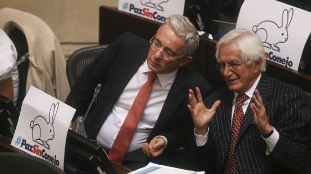 Exprezident a senátor Álvaro Uribe (vlevo).