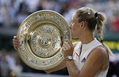 Angelique Kerberová s trofejí pro wimbledonskou vítězku