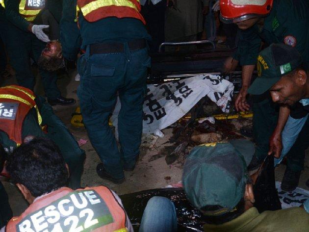 Na nejméně 70 mrtvých a přes 340 zraněných vzrostla bilance nedělního útoku sebevražedného atentátníka v pákistánském Láhauru.