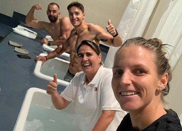 Karolína Plíšková se svou trenérkou Conchitou Martínezovou ve studené vodní lázni.