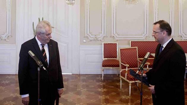Premiér Petr Nečas předal prezidentovi Miloši Zemanovi 17. června v Praze demisi vlády.