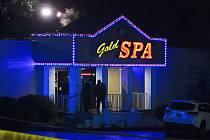 Policisté před jedním z masážních salonů v Atlantě, kde došlo 17. března 2021 ke střeleckému útoku