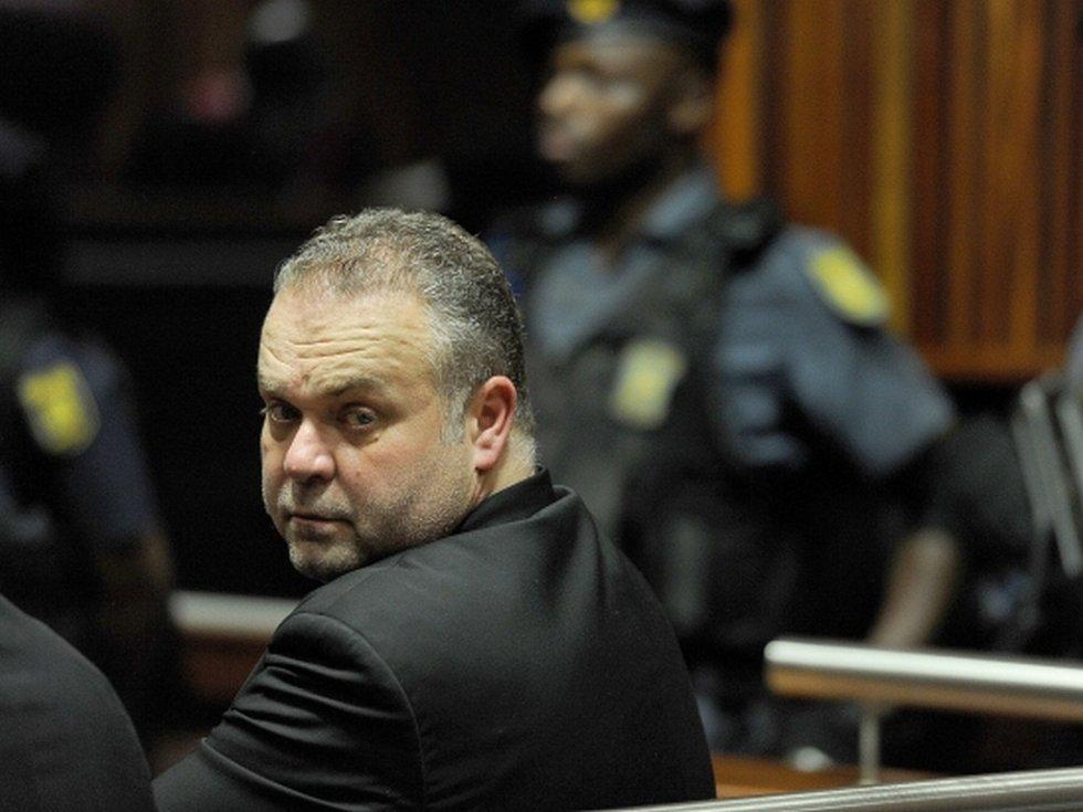 Uprchlý Čech Radovan Krejčíř dnes dorazil k soudu v Johannesburgu, kde pokračuje proces, ve kterém spolu s dalšími třemi lidmi čelí obžalobě z vraždy podnikatele libanonského původu Sama Issy.