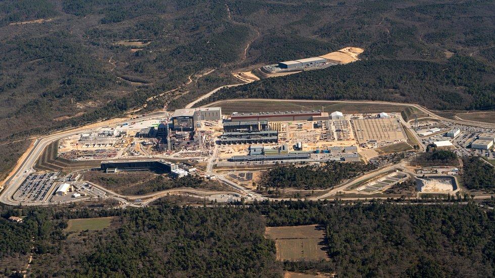 Letecký pohled na místo jaderného reaktoru ITER.