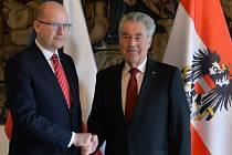 Vedle migrace se dnes český premiér a rakouský prezident v Praze zabývali bilaterálními otázkami, včetně přeshraniční spolupráce, dopravní infrastruktury nebo vzájemného obchodu.
