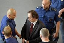 Petr Klement, který je obžalovaný z vražd dvou podnikatelů v kauze údajného gangu recidivisty Michaela Švába, dnes odmítl před soudem, že by usmrtil muže v Dubaji.