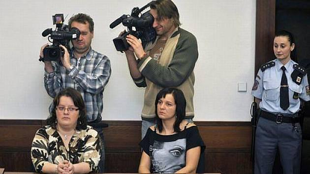 Jaroslava Čermáková (vlevo) a Jaroslava Trojanová u Vrchního soudu v Olomouci, který posuzoval 20. ledna odvolání třebíčské nemocnice proti výši odškodnění v případu jejich dětí zaměněných v nemocnici v roce 2006.