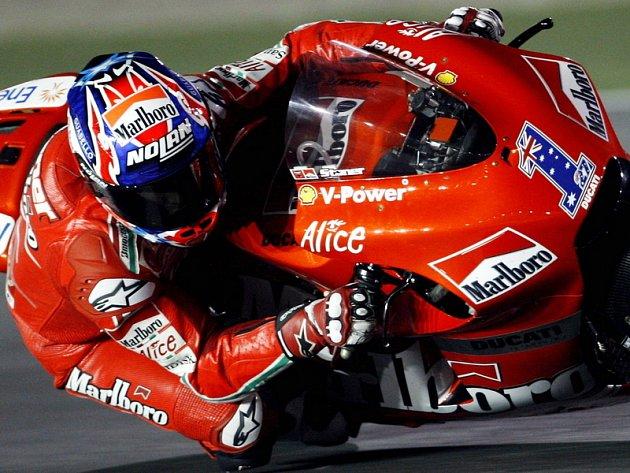 Casey Stoner na Ducati si jede pro vítězství ve Velké ceně Kataru třídy MotoGP.