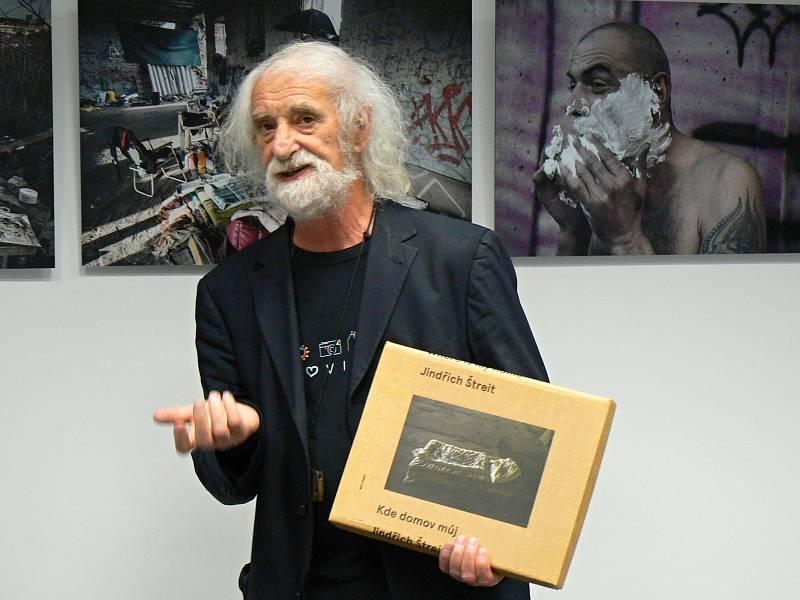 Jindřich Štreit je světově uznávaným dokumentárním fotografem. Na snímku při vernisáži své výstavy z cyklu Kde domov můj v Českém Těšíně