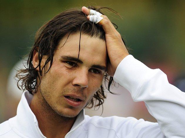 Posmutnělý Rafael Nadal během exhibičního turnaje v Hurlinghamu.