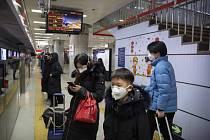 Lidé s maskami na obličejích v pekingském metru