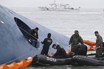 Loď Sewol, která se 16. dubna loňského roku potopila údajně kvůli přetížení a špatně upevněnému nákladu, je nyní v hloubce kolem 44 metrů poblíž ostrova Činto.