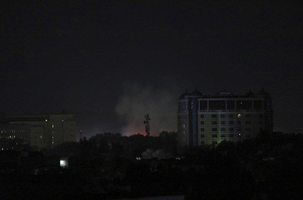 Oblak dýmu poblíž sídla ambasády USA v afghánské metropoli Kábulu, 15. srpna 2021