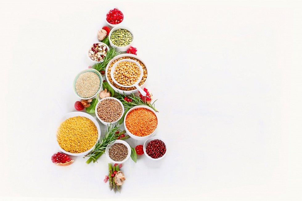 Jak si užít Vánoce bez následků na zdraví? Nemusíte se vzdát všech dobrot, na které se celý rok těšíte, ale zároveň je do sebe necpěte po kilech. Zkuste se řídit pár tipy a čekají vás šťastné, veselé a hlavně zdravé vánoční svátky.