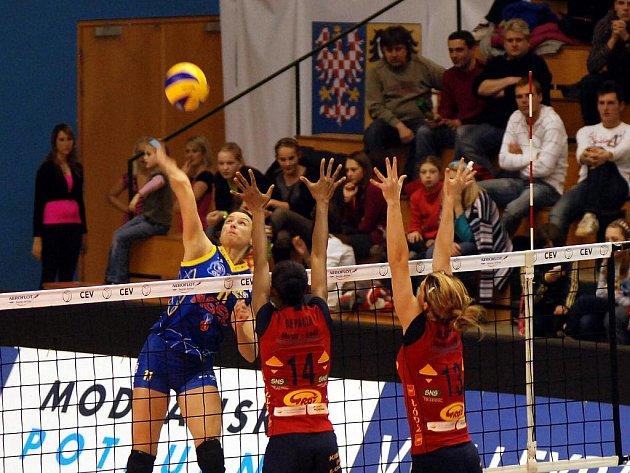 Volejbalistky Prostějova (v modrém) v duelu Ligy mistryň proti Lodži.