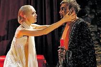 Lucie Vondráčková v roli Desdemony v Shakespearově tragédii Othello.