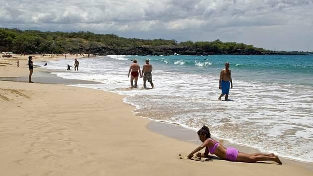 Lidé na pláži. Ilustrační foto.
