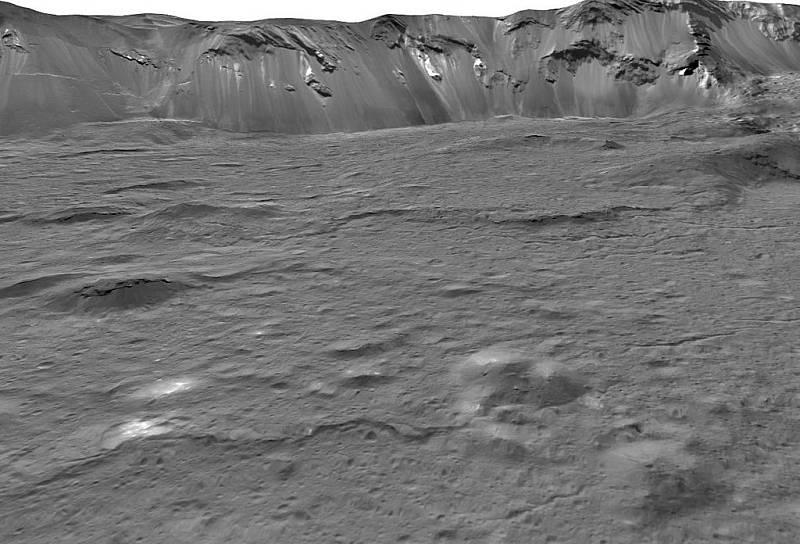 Pohled na jihovýchodní dno velkého kráteru Occator na trpasličí planetě Ceres, složený ze záběrů získaných během druhé rozšířené mise kosmické lodi Dawn v roce 2018