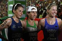 Portugalka Vanessa Fernandesová (uprostřed), Italka Nadia Cortassaová (vlevo) a Švédka Lisa Nordenová pózují fotografům po závodě.