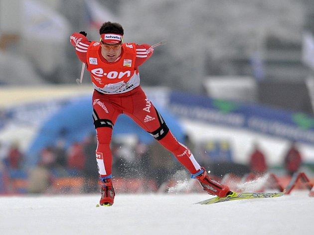 Švýcar Dario Cologna sprintuje do cíle.