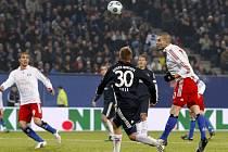 Mladen Petrič (vpravo) střílí jediný gól zápasu mezi Hamburkem a Bayernem Mnichov.
