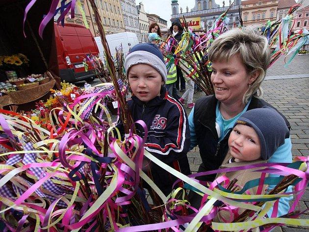 Tři dny bude na českobudějovickém náměstí velikonoční trh. Na snímku Kamila Kolbová se svými dětmi Matějem a Štěpánem při výběru pomlázky.