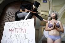 Bezbranná víla Kyselka prosila černého orla Mattoni, aby ji zachránil před zánikem. Happeningem před pražským sídlem společnosti Karlovarské minerální vody (KMV) chtěli studenti a výtvarníci upozornit na zdevastované památkově chráněné lázně Kyselka.
