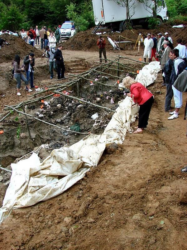 Delegáti Mezinárodní asociace vědců pro genocidu (IAGS) zkoumají exhumovaný masový hrob obětí masakru v Srebrenici v červenci 1995 u obce Potočari, Bosna a Hercegovina, červenec 2007