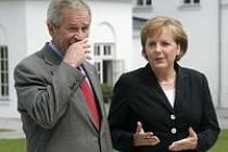 Merkelová chce přesvědčit Bushe, aby kývl na snížení emisí. Marná snaha, říkají kritici.