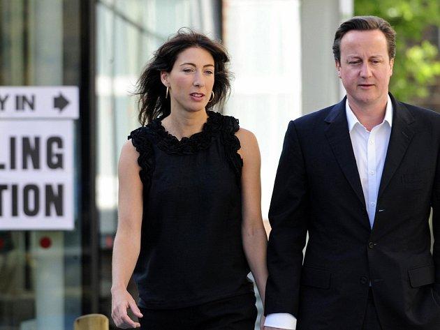 Předseda britské opoziční Konzervativní strany David Cameron s ženou Samanthou vycházejí z volebního střediska v Londýně.