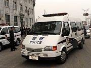Zahraniční novináři před minibusem ve Lhase. Ilustrační foto.
