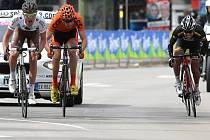 Cyklista Josef Černý (uprostřed) v závodu Giro del Trentino.